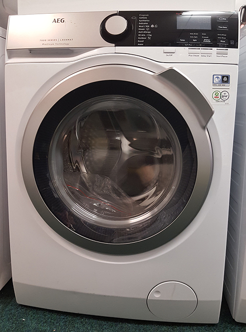"alt=""AEG Washing Machine L7FWEE865 on display on shop floor"""